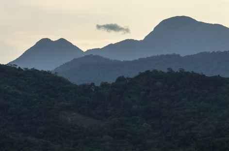 Coucher de soleil sur les reliefs de la Côte Verte - Brésil -
