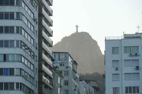 Rio, le Corcovado visible depuis Copacabana - Brésil -