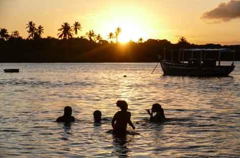 Baignade au coucher du soleil sur l'île Boipeba - Brésil -