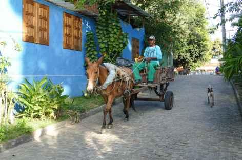 Dans les rues du bourg principal sur l'île Boipeba - Brésil -