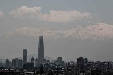 Le plus haut gratte-ciel de Santiago avec  les Andes en toile de fond - Chili -