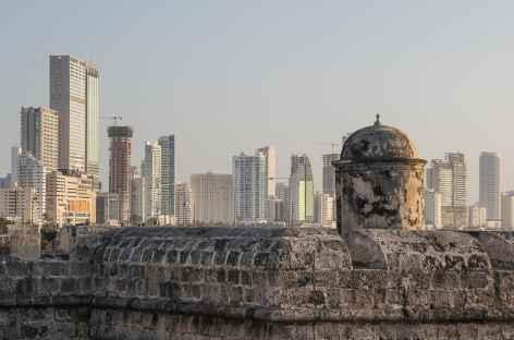 Ville moderne de Carthagène depuis l'enceinte de la vieille cité - Colombie -