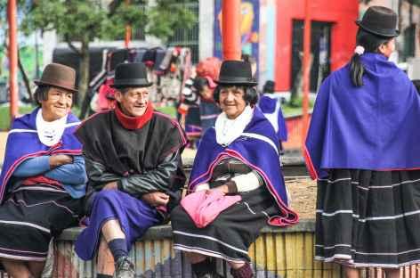 Beauté des habits des indiens guambianos sur le marché de Silvia - Colombie -
