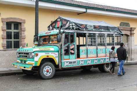 Bus 'chiva' sur le marché de Silvia - Colombie -