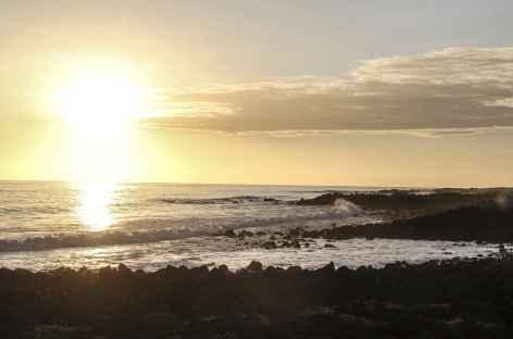 Archipel des Galapagos, coucher de soleil sur la plage Loberia (île San Cristobal) - Equateur -
