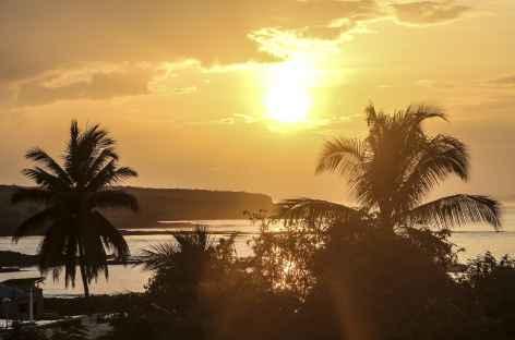 Archipel des Galapagos, coucher de soleil sur l'île Santa Cruz - Equateur -