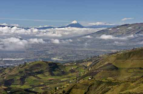 Le Tungurahua et le volcan El Altar depuis la campagne de Quilotoa - Equateur -