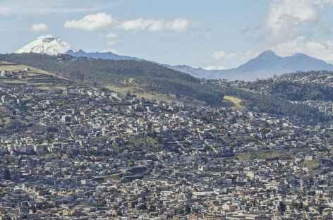 La ville de Quito dominé par le volcan Cotopaxi - Equateur -