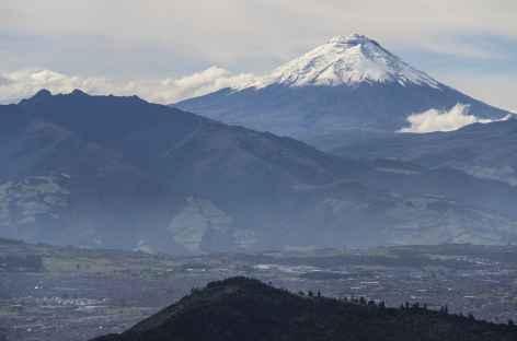 Vue sur Quito et le Cotopaxi depuis le Guagua Pichincha - Equateur -