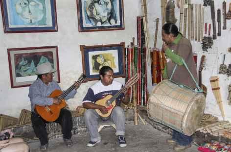 Dans un atelier de fabricants d'instruments de musique à Peguche - Equateur -