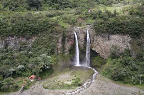 En tarabita, face à la cascade Manto de la Novia - Equateur -