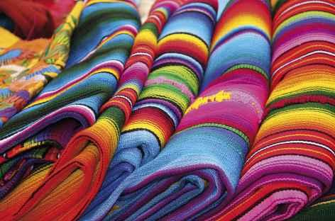 Couleurs des tissus sur un marché - Guatemala -