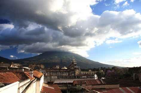 La ville coloniale d'Antigua dominée par le volcan Agua - Guatemala -