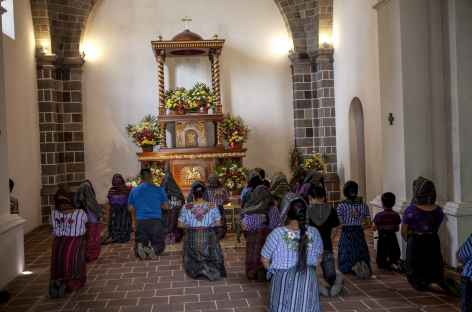 Ferveur dans la petite église de Santiago de Atitlan - Guatemala -