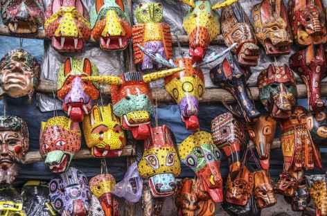 Vendeur de masques sur un marché - Guatemala -