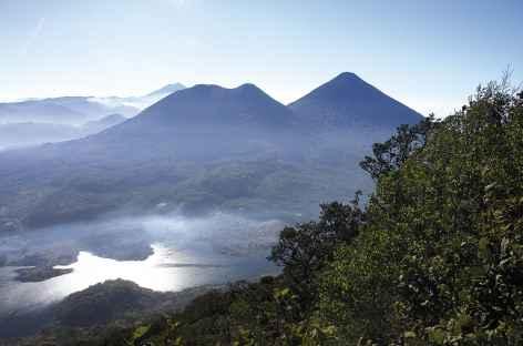 Vue sur le lac Atitlan depuis le sommet du volcan San Pedro (3020 m) - Guatemala -