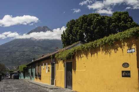 Le volcan Agua domine la ville coloniale d'Antigua - Guatemala -