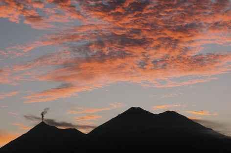 Coucher de soleil sur le volcan Fuego et Acatenango - Guatemala -