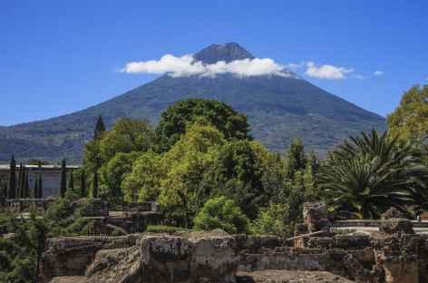 Le volcan Agua et les ruines d'une église d'Antigua - Guatemala -