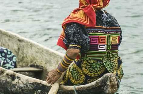 Une indienne kuna se déplace sur les îles San Blas - Panama -