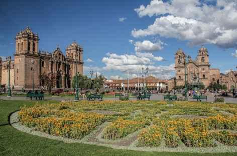 La place d'Armes de Cusco avec la cathédrale et l'église de la Compagnie Jésuite - Pérou -