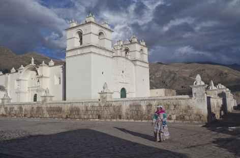Une belle église coloniale dans un village au bord du canyon de Colca - Pérou -