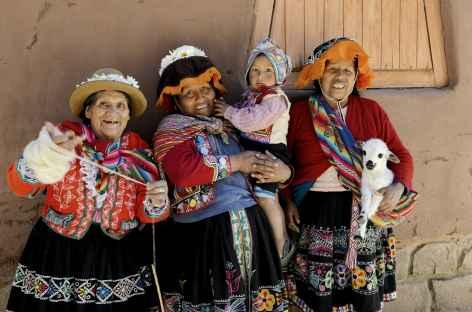 Joyeuses femmes sur le marché de Pisac - Pérou -