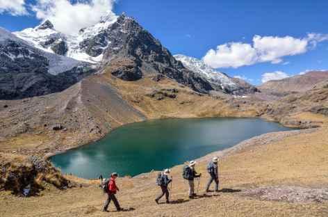 Marche sur les bords de la lagune Jatun Pucacocha - Pérou -