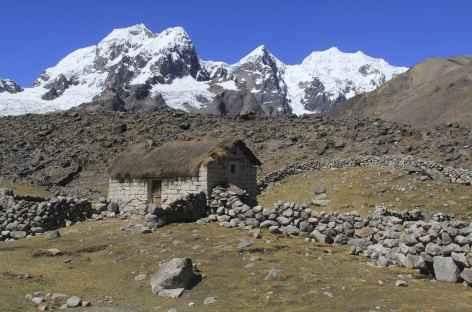 Cordillère Vilcanota, hameau andin et hauts sommets - Pérou -