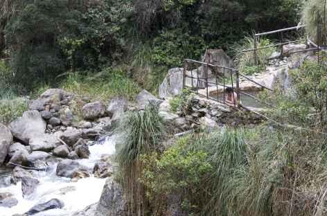Source chaude au-dessus des eaux du rio Santa Teresa - Pérou -