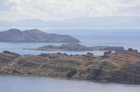 Vue sur les îles et la presqu'île de Capachica depuis le mirador Inca Karus - Pérou -