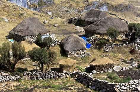 Maisons de pierre aux toits de chaume typique des Andes - Pérou -