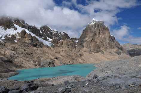 Ambiance minérale et lagunes multicolores au pied du Puscanturpa - Pérou -