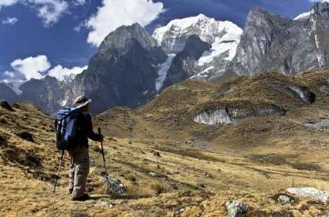Pause contemplative face au Siula Grande (6356 m) - Pérou -
