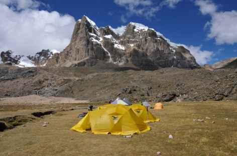 Camp près de la lagune Viconga dominé par le Puscanturpa - Pérou -