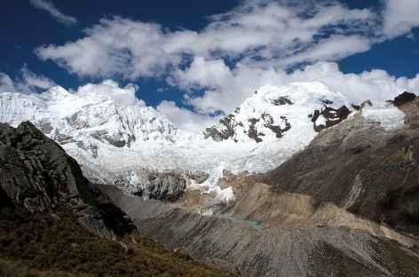 Descente dans la quebrada Cojup face au Pucaranra (6156 m) - Pérou -
