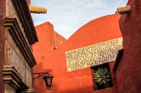 Arequipa, couleurs des façades du couvent Santa catalina - Pérou -