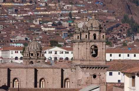 Panorama sur la cathédrale et les toits de tuile de Cusco - Pérou -