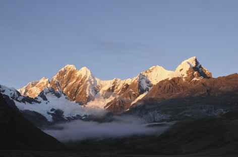 Lever de soleil sur les montagnes encadrant la lagune Miticocha - Pérou -