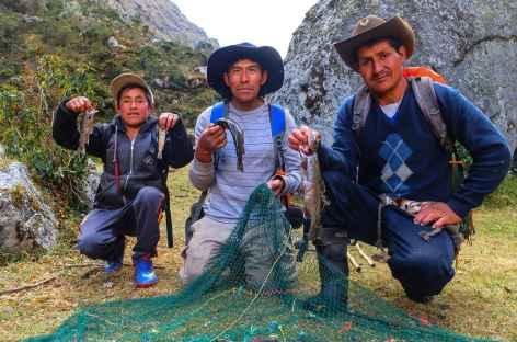 Notre équipe pêche dans la rivière - Pérou -