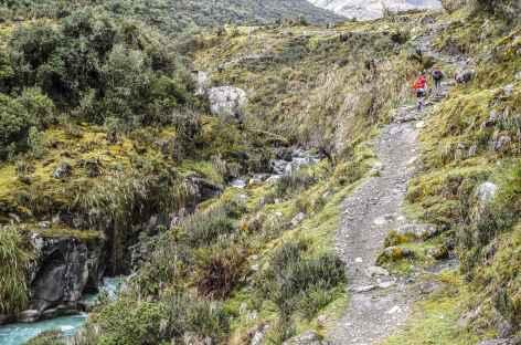 Marche sur le bord du rio Racachaca -