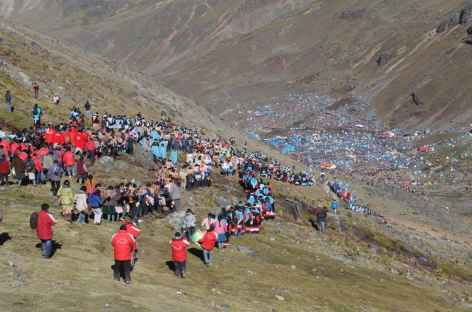 Les processions redescendent au village lors de la fête de Qollurity - Pérou -