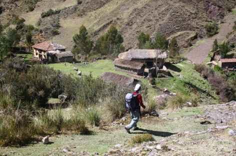 Traversée de hameaux vers la lagune Huecrucocha - Pérou -