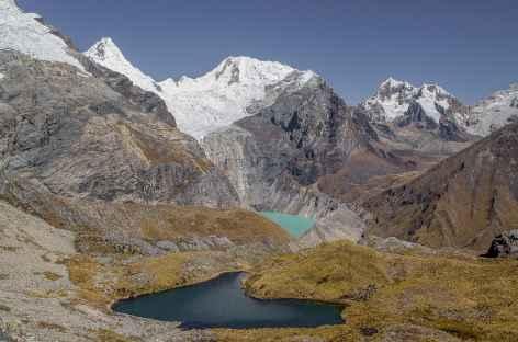 Lagunes multicolores et sommets glaciaires dans la montée au col Gara Gara - Pérou -