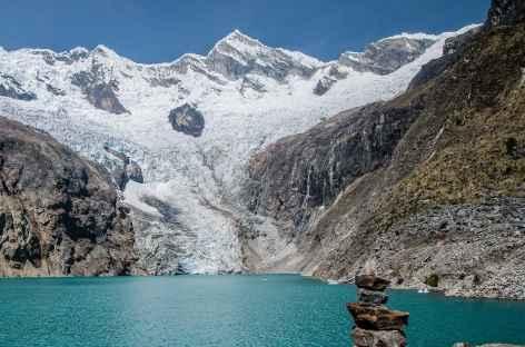 Le lac Arhueycocha au pied du cirque glaciaire du Pucajirca - Pérou -