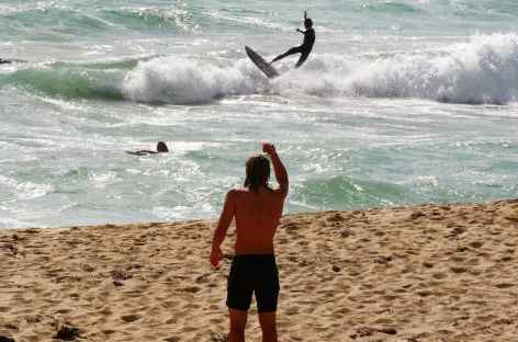 surfeurs sur la celebre plage de Bells Beach - Australie -