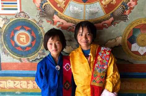 Jeunes filles à l'entrée du dzong de Punakha - Bhoutan -