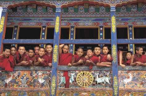 Jeunes moines au balcon  - Bhoutan -