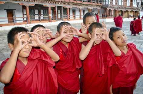 Récréation dans la cour du Dzong - Bhoutan -