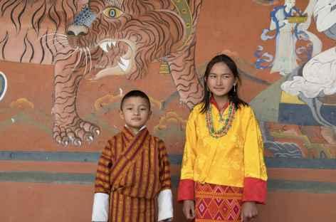 Jeunes bhoutanais dans le dzong de Paro - Bhoutan -